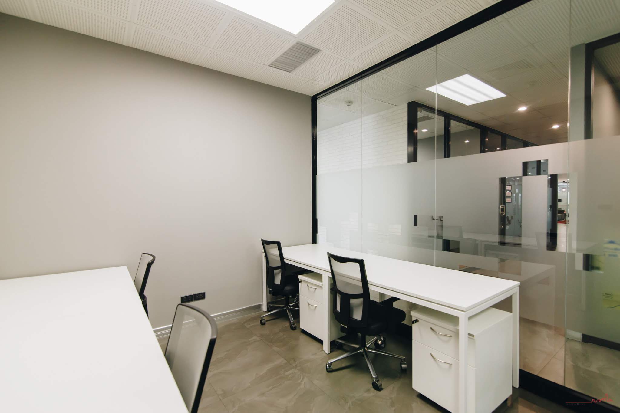 4-person-corridor-office